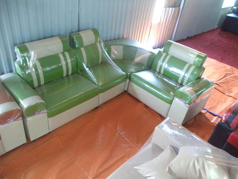 Hình ảnh cho mẫu sofa da màu xanh cốm kẻ sọc rất được yêu thích tại AmiA