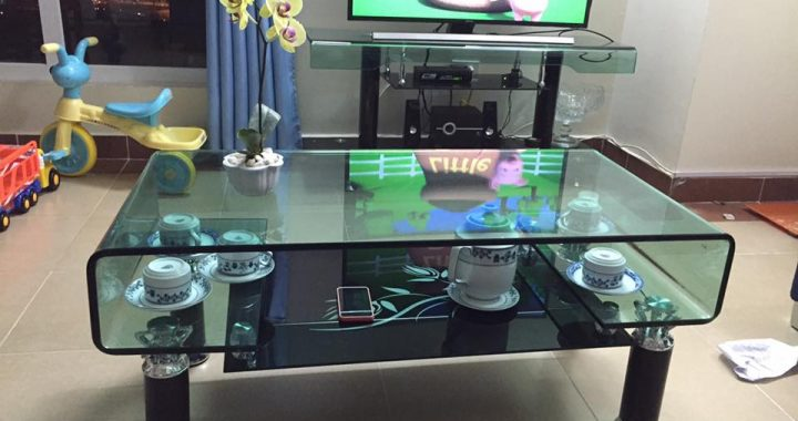 Hình ảnh cho mẫu bàn trà kính cường lực đẹp hiện đại được bài trí trong không gian phòng khách gia đình