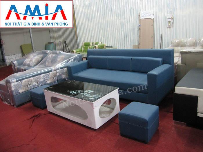 Hình ảnh cho mẫu ghế sofa văng da màu xanh đẹp mê ly kết hợp với bàn trà gỗ mặt kính đen