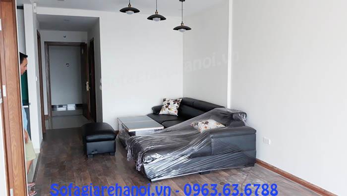 Hình ảnh cho mẫu ghế sofa da góc chữ L màu đen đẹp được bài trí và sắp xếp trong phòng khách nhà khách hàng