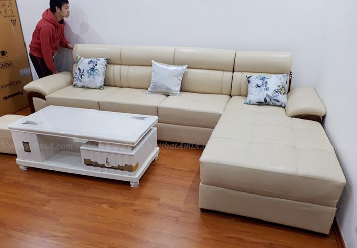 Hình ảnh Mẫu sofa da góc chữ L đẹp chụp thực tế tại phòng khách nhà khách hàng