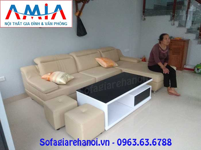Hình ảnh ghế sofa da chữ L 3 chỗ kết hợp bàn trà sofa kính đen đẹp cho phòng khách