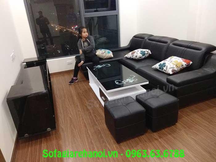 Hình ảnh mẫu sofa da góc chữ L màu đen được chụp tại nhà khách hàng