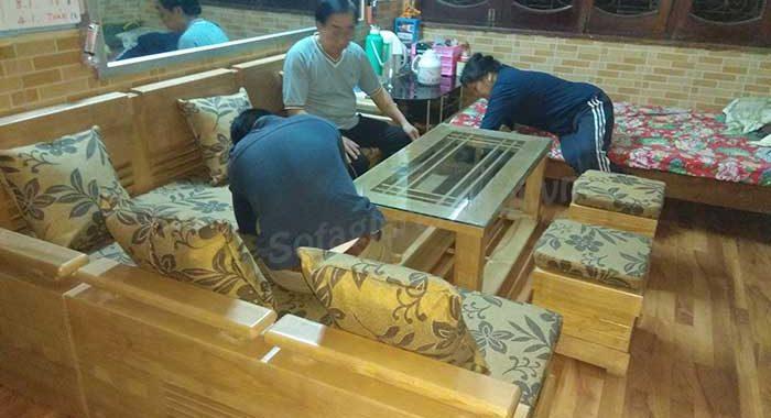 Hình ảnh mẫu bàn ghế sofa gỗ phòng khách đẹp khi được tích hợp phần nệm mút hiện đại và sang trọng