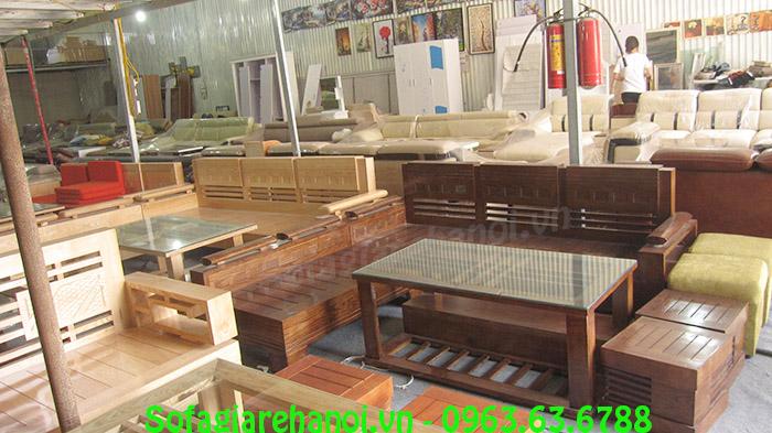 Hình ảnh bẫu bàn ghế gỗ chung cư đang được trưng bày tại Kho AmiA