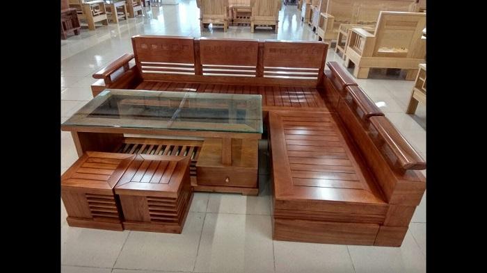 Hình ảnh mẫu ghế sofa gỗ chữ L đang được bán và trưng bày tại Tổng kho Nội thất AmiA