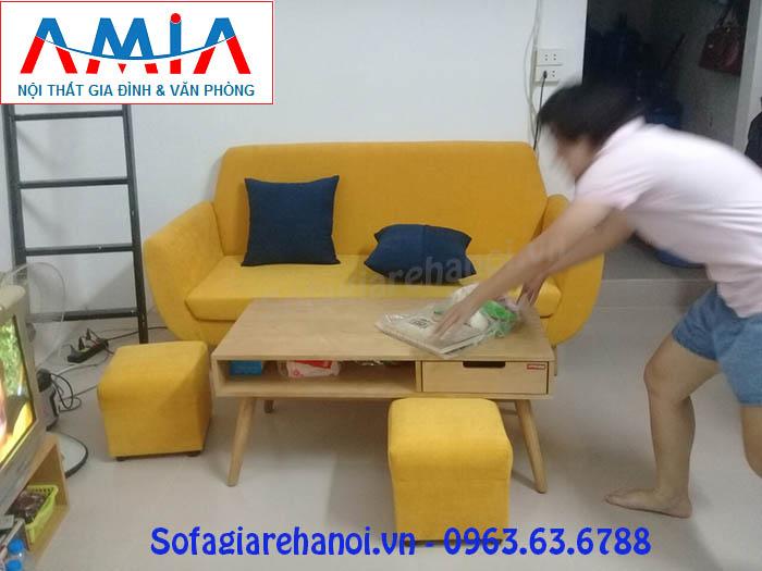 Hình ảnh ghế sofa mini thiết kế dạng văng nỉ được bài trí trong phòng khách nhà khách hàng