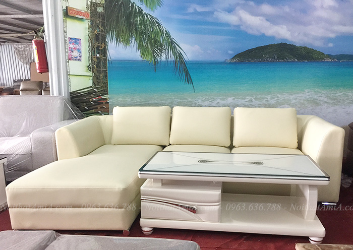 Hình ảnh Mẫu sofa da chữ L hiện đại màu trắng 3 chỗ kết hợp bàn trà kính đẹp