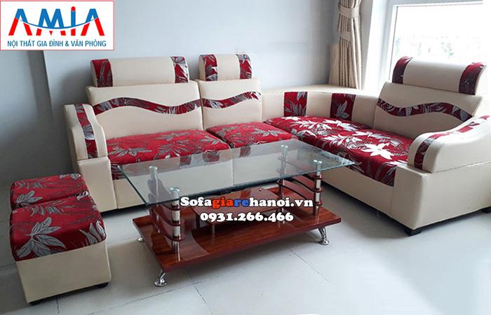 Hình ảnh Sofa màu đỏ họa tiết hoa văn đẹp bài trí trong căn phòng có màu sơn tường tone nhẹ
